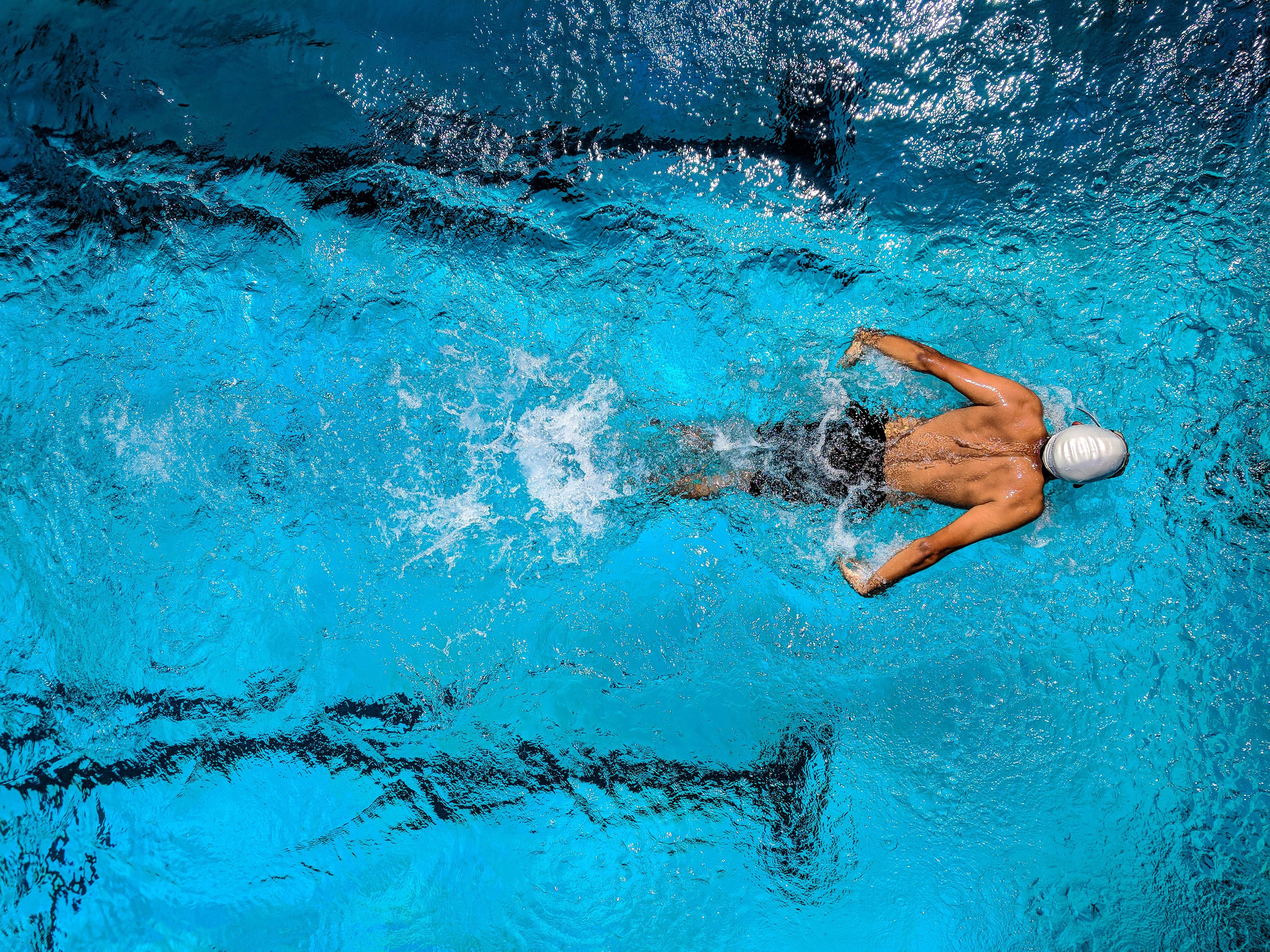 Люди плавают в бассейне картинки чтобы